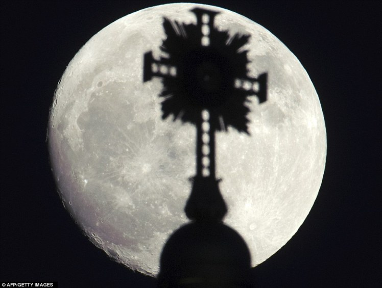 http://www.dailymail.co.uk/sciencetech/article-2140074/Supermoon-2012-pictures-Our-cosmic-sidekick-appears-biggest-brightest-form.html